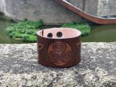 Bracelet cuir - Décor celtique triskell et triquetra - caramel