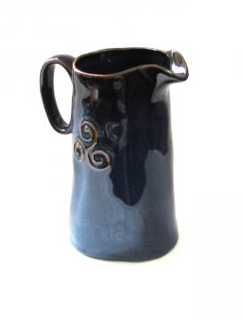 Pichet triskell bleu H18,5 cm