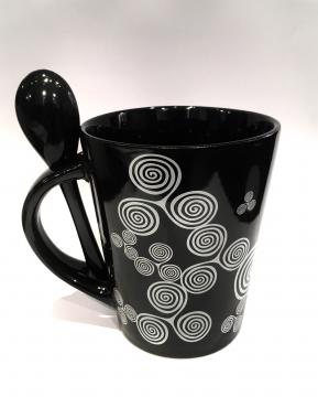 Mug noir triskells blanc + cuillère